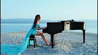 Hot Pianist - Lola Astanova